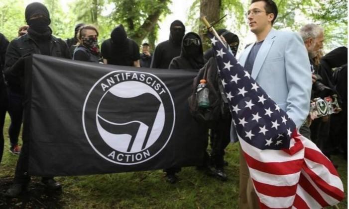 Manifestante conservador ao lado de um grupo antifascista em protestos opostos em Portland, nos Estados Unidos. 04/06/2017 Foto: Jim Urquhart/Reuters/4-6-2017