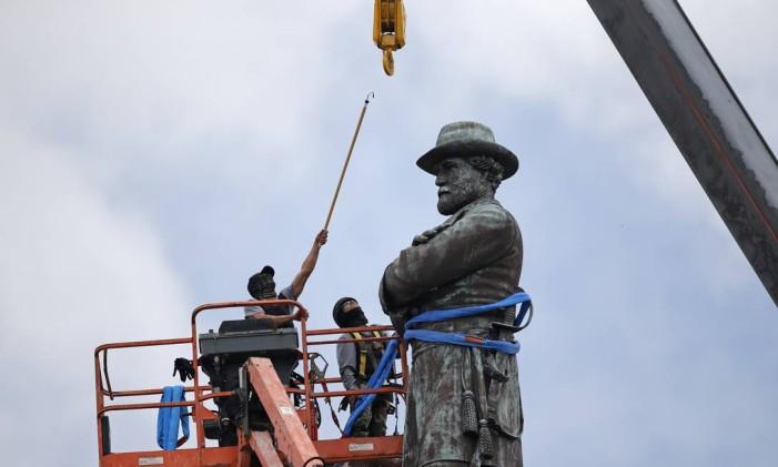Trabalhadores preparam a remoção da estátua do general confederado Robert E. Lee, em Nova Orleans em 19/5/201'7 Foto: Gerald Herbert / AP/19-5-2017