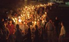 Supremacistas brancos carregam tochas na Universidade de Virgínia, nos Estados Unidos, em protesto contra a remoção de uma estátua em homenagem a escravocrata americano Foto: STRINGER / ALEJANDRO ALVAREZ/NEWS2SHARE