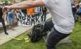 Manifestante chuta estátua de soldado confederado que foi derrubada em protesto antirracista em Durham, Carolina do Norte Foto: Casey Toth / AP