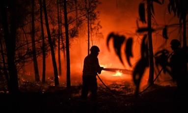 Bombeiro tenta apagar chamas em incêndio em Mação Foto: PATRICIA DE MELO MOREIRA / AFP