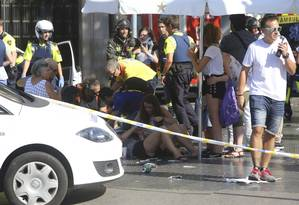Feridos recebem assistência após atropelamento na avenida Rambla em Barcelona Foto: Oriol Duran / AP