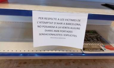 Cartaz em banca de jornal indica que não vai exibir capas de jornais em respeito às vítimas dos atentados na Espanha Foto: