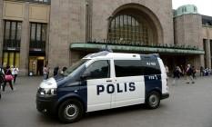 Polícia finlandesa faz patrulha na Estração Ferroviária Central Foto: LEHTIKUVA / REUTERS