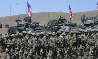 Soldados americanos em marcha durante exercício na base militar de Vaziani, na Geórgia Foto: VANO SHLAMOV / AFP