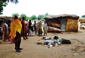 Nigerianos se reúnem em local de atentado suicida em um mercado em Konduga, subúrbio de Maiduguri Foto: Jossy Ola / AP