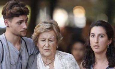 Angels Guardia é amparada por casal após se ferir no atentado em Barcelona Foto: Reprodução