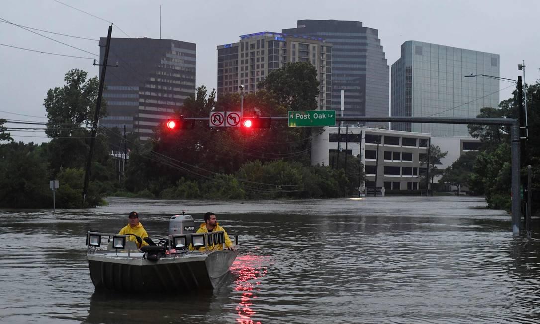 Equipe de resgate navega por enchente em Houston, Texas Foto: MARK RALSTON / AFP