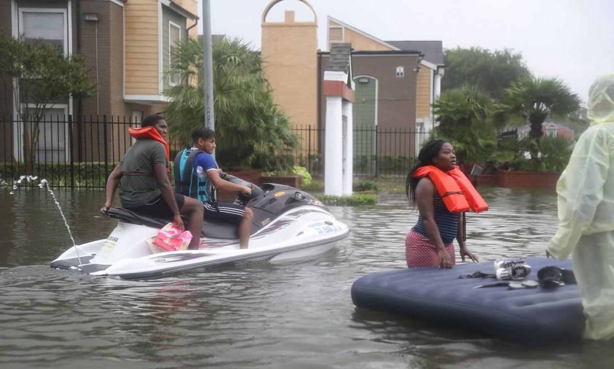 Jet-ski é usado para resgatar vítimas em apuros em Houston, no Texas Foto: JOE RAEDLE / AFP