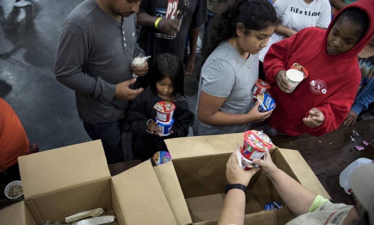 Desabrigados recebem comida em abrigo em Houston Foto: BRENDAN SMIALOWSKI / AFP