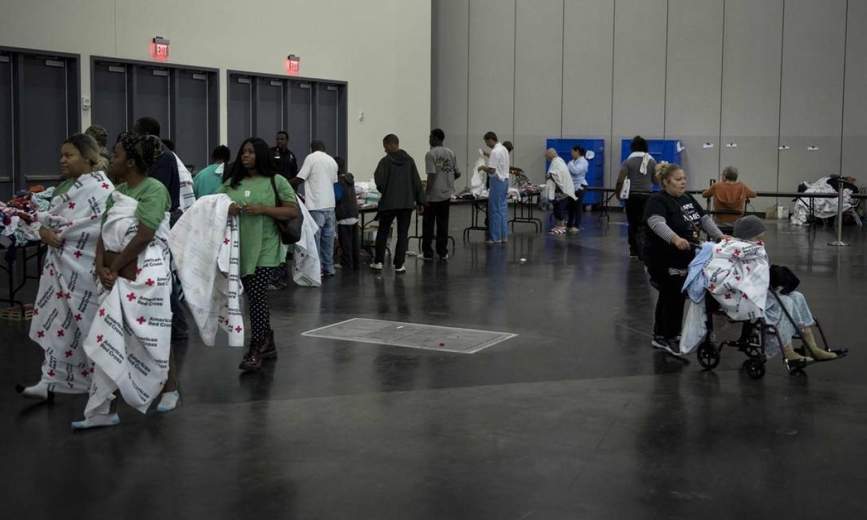Vítimas das inundações no Texas em abrigo da prefeita em centro de convenções de Houston Foto: BRENDAN SMIALOWSKI / AFP