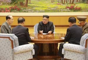 Em foto enviada pela agência estatal da Coreia do Norte, o líder norte-coreano Kim Jong-un em reunião com integrantes de comissão do Partido Trabalhista da Coreia sobre a bomba de hidrogênio Foto: KCNA / AFP