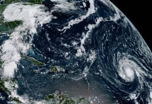 Imagem obtida pela Gestão Nacional Oceânica e Atmosférica mostra formação do furacão Irma sobre o Caribe (canto inferior direito) e a formação de nuvens da depressão tropical Harvey sobre os EUA (canto esquerdo superior) Foto: HO / AFP