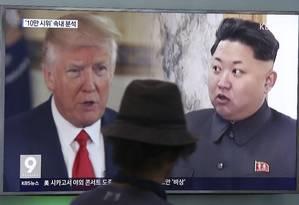 O presidente dos Estados Unidos, Donald Trump, e o líder norte-coreano Kim Jong-un na TV sul-coreana Foto: Ahn Young-joon / AP