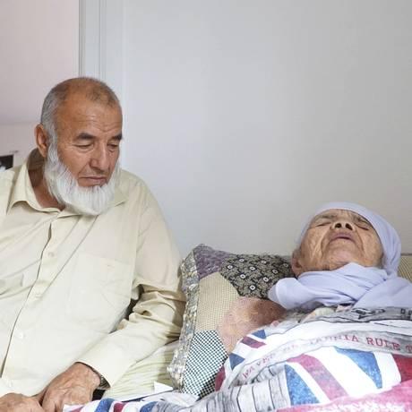 A refugiada Bibihal Uzbeki, de 106 anos, acompanhada do filho Mohammadollah, em Hova, e a nora Ziba, em Hova, na Suécia Foto: David Keyton / AP