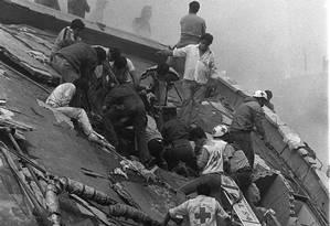 Agentes de emergência buscam vítimas entre escombros após terremoto no México em 1985 Foto: AP Photo