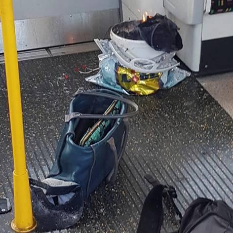 Pertences pessoais e um balde em chames dentro de uma sacola em vagão na estação de Parsons Green, no metrô de Londres Foto: SOCIAL MEDIA / REUTERS
