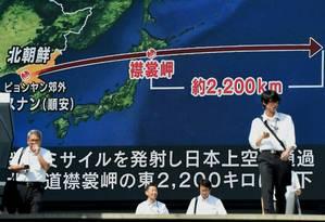 Telão em Tóquio mostra trajeto do mais recente lançamento de míssil pela Coreia do Norte, que sobrevoou o Japão Foto: TORU YAMANAKA / AFP