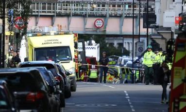 Ambulâncias e equipes de emergência a postos na estaçao de Parsons Green, no metrô de Londres, após explosão Foto: LUKE MACGREGOR / REUTERS