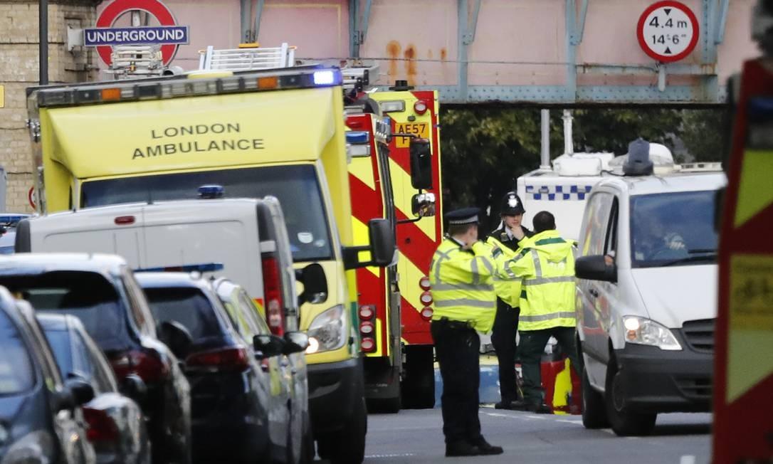 Ambulâncias a postos na estação Parsons Green. Segundo as autoridades, ao menos 23 pessoas feridas foram hospitalizadas Frank Augstein / AP