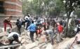 Mexicanos na Cidade do México removem destroços após terremoto de 7,1 atingir o país Foto: ALFREDO ESTRELLA / AFP