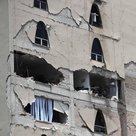 Paredes destruídas em prédio na Cidade do México após terremoto de 7,1 atingir o país Foto: Rebecca Blackwell / AP