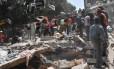 Pessoas tentam remover escombros após forte terremoto no México Foto: OMAR TORRES / AFP