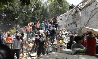 Pessoas retiram destroços para encontrar vítimas de terremoto no México Foto: OMAR TORRES / AFP