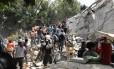 Pessoas retiram destroços para encontrar vítimas de terremoto no México