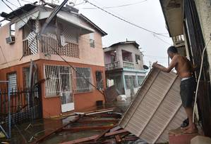 Moradores de San Juan, em Porto Rico, enfrentam prejuízos causados pelo furacão Maria Foto: HECTOR RETAMAL / AFP
