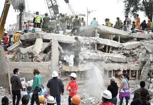 Socorristas e voluntários trabalham em operações de resgate e limpeza dos destroços após terremoto que sacudiu o México, incluindo a capital Cidade do México (foto) Foto: YURI CORTEZ / AFP