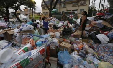 Voluntários organizam doações de mantimentos no exterior de uma escola na Cidade do México Foto: Marco Ugarte / AP