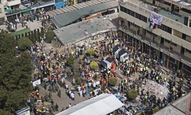 Voluntários e socorristas trabalham para resgatar crianças presas nos escombros da escola Enrique Rebsamen, na Cidade do México, após colapso durante terremoto no México Foto: Miguel Tovar / AP