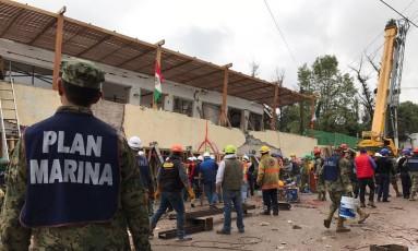 Equipes de busca e resgate trabalham para encontrar sobreviventes do terremoto nos destroços da escola Enrique Rébsamen, na Cidade do México Foto: Miguel Tovar / AP