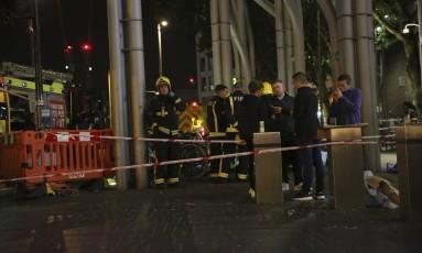 Serviços de emergência no Stratford Center, na zona leste de Londres, após relato de ataque com ácido Foto: AP
