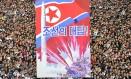 Apoio. Reunidos na Praça Kim Il-sung, moradores de Pyongyang assistem a discurso do líder Kim Jong-un condenando as palavras de Donald Trump Foto: STR / AFP