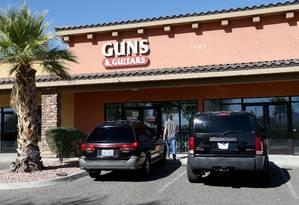 A loja 'Guns & Guitars', onde o atirador Stephen Paddock teria comprado armas na cidade em que morava, Mesquite, em Nevada Foto: Gabe Ginsberg / AFP