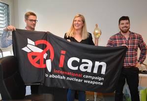 O coordenador da Ican, Daniel Hogstan, a direitora-executiva Beatrice Fihn e seu marido Will Fihn Ramsay comemoram o recebimento do Prêmio Nobel da Paz de 2017 Foto: FABRICE COFFRINI / AFP