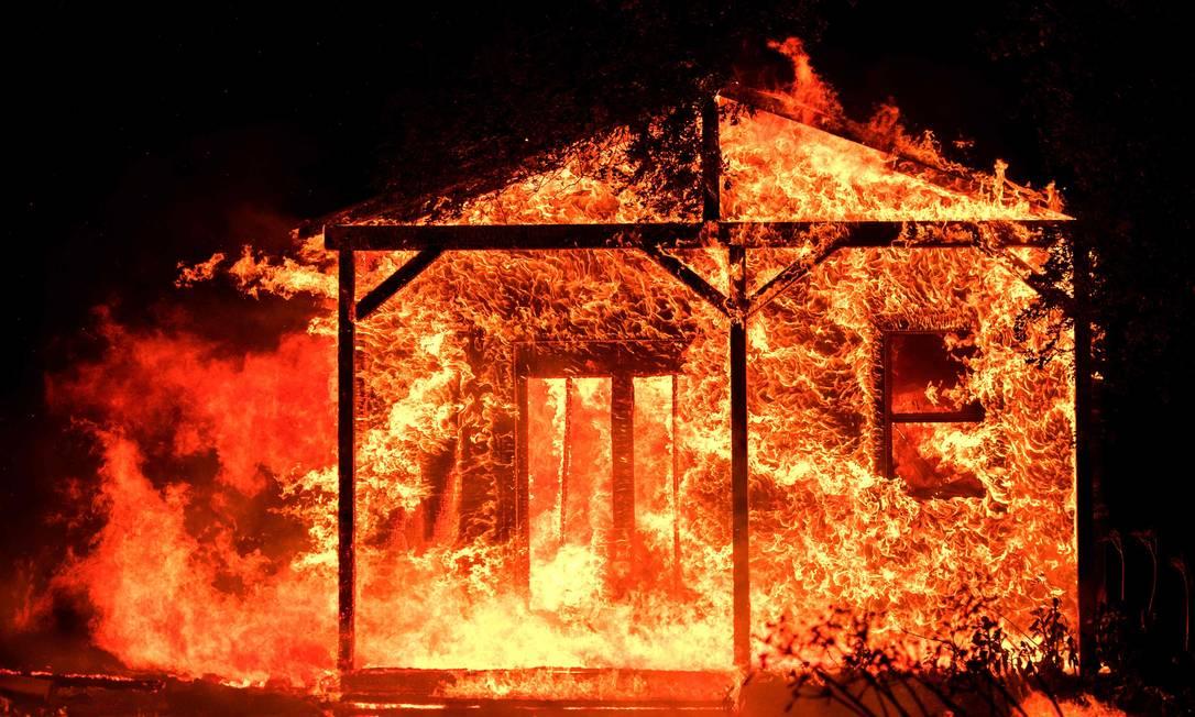 Chamas engolem casa em Napa. Mais de 1.500 estruturas já foram destruídas pelo fogo JOSH EDELSON / AFP