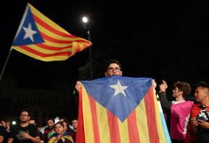 Homem carrega bandeira da Catalunha na Plaza Catalunya, após referendo separatista em 1º de outubro Foto: SUSANA VERA / REUTERS