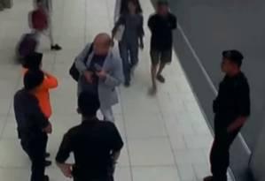 O meio irmão de Kim Jong-un, Kim Jong-nam, no aeroporto de Kuala Lumpur, minutos antes de ser assassinado com veneno Foto: Reprodução