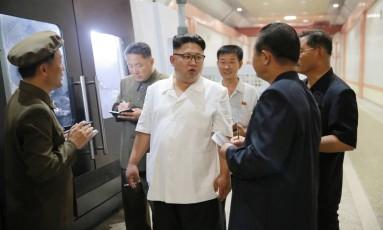 Líder norte-coreano, Kim Jong-un, faz inspeção em fábrica de maquinaria em Pyongyang Foto: KCNA / REUTERS