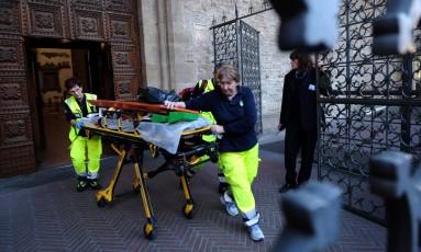 Equipe médica na Basília de Santa Croce, em Florença, após acidente dentro do ponto turístico Foto: Maurizio Degl'Innocenti / AP