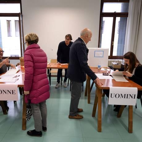 Italianos votam em referendo para ampliar autonomia das regiões Vêneto e Lombardia Foto: ANDREA PATTARO / AFP
