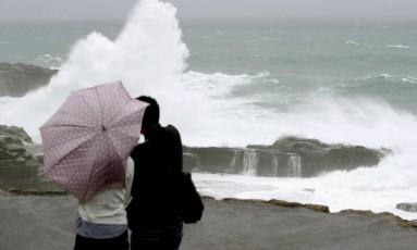 Tufão Lan causa fortes ventos e altas ondas no litoral de Senjojiki durante passagem no Japão Foto: KYODO / REUTERS