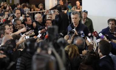 O presidente argentino Mauricio Macri dá entrevista após votar nas eleições legislativas Foto: Natacha Pisarenko / AP