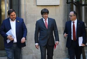 O presidente da Catalunha Carles Puigdemont (centro), o vice-presidente regional (esq.) e o porta-voz do governo catalão Jordi Turll Foto: IVAN ALVARADO / REUTERS