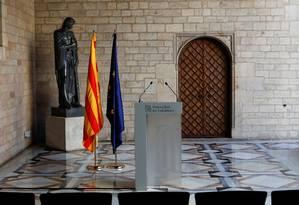 Púlpito vazio à espera do discurso do presidente catalão, Carles Puigdemont, sobre convocatória de eleições antecipadas na Catalunha Foto: JUAN MEDINA / REUTERS