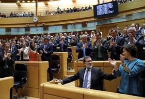 O presidente do governo espanhol, Mariano Rajoy (sentado), é aplaudido por senadores Foto: SUSANA VERA / REUTERS