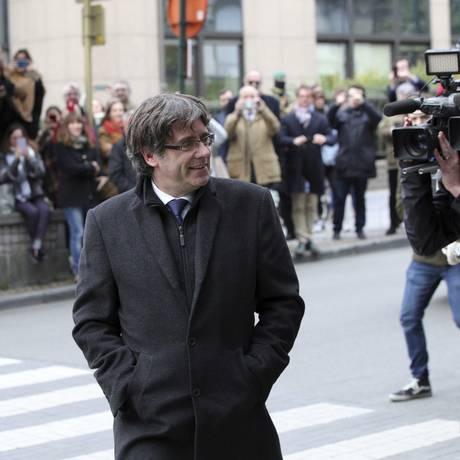 O presidente destituído da Catalunha, Carles Puigdemont, chega para uma entrevista coletiva em Bruxelas, Bélgica Foto: Olivier Matthys / AP/31-10-2017